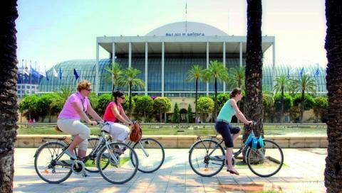 Turistas del norte de europa disfrutan de una jornada en bicicleta por la ciudad de Valencia.