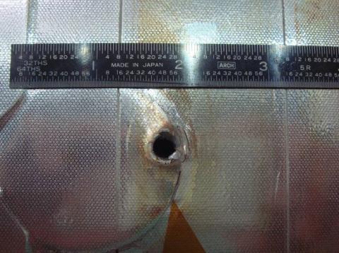 Un trozo de basura espacial perforó este agujero en el radiador del transbordador espacial Endeavour.