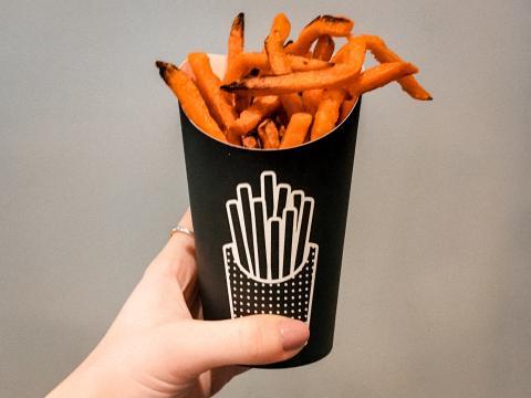 Las batatasfritas vienen en un tamaño único, equivalente al mediando de los restaurantes tradicionales de comida rápida.