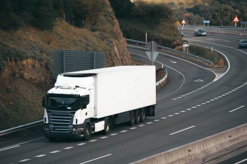 Camión circulando por la autopista