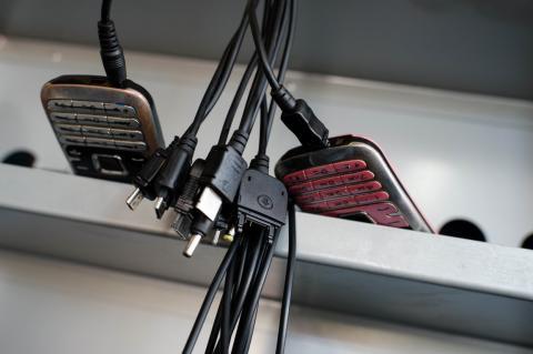 Además de ofrecer acceso a Internet, los Ekocenter permiten cargar los teléfonos móviles gracias al uso de energías renovables.