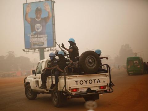 Fuerzas de la ONU de Ruanda patrullan las calles de Bangui, República Centroafricana.
