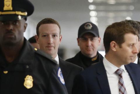 El CEO del gigante tecnológico Facebook, Mark Zuckerberg, testifica ante el Senado , en Washington