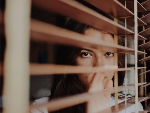 Una chica en una ventana