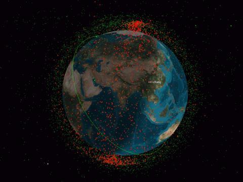 China destruyó su propio satélite FY-1C en 2007, generando innumerables piezas de basura espacial, que se muestran como puntos rojos. Los puntos verdes muestran satélites en órbita terrestre baja.
