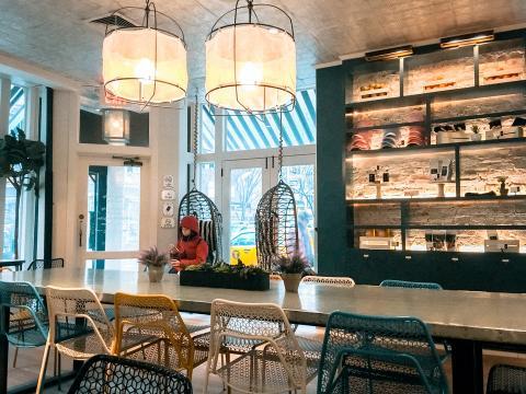 Imagen del interior del local de By Chloe en el West Village de Nueva York.