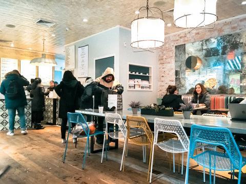 Clientes en el local de By Chloe situado en el West Village de Nueva York.