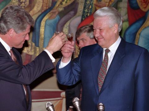 El entonces presidentede EEUU Bill Clinton (izquierda) brinda con el presidente ruso Boris Yeltsin durante una cena de Estado en el Kremlin, el 14 de enero de 1994.