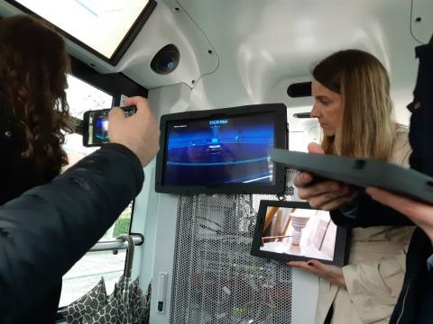 Presentación del servicio multimedia a bordo de un vehículo autónomo en Talavera de la Reina, una tecnología posible gracias al 5G.