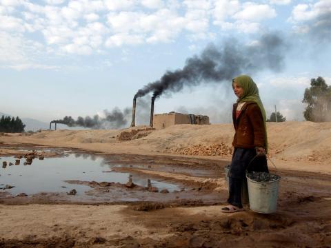 Aisha, de 11 años, transporta carbón para cocinar y calentar desde una fábrica de ladrillos en Jalalabad.