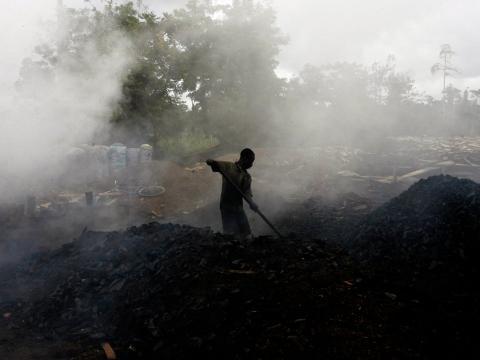 Un hombre trabaja en una fábrica tradicional de carbón en Duekoue, oeste de Costa de Marfil.
