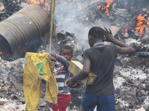 Niños buscando entre la basura de un basurero público en Malabo.