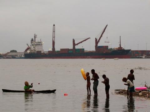 Niños pescando en una playa contaminada en el centro de Honiara.