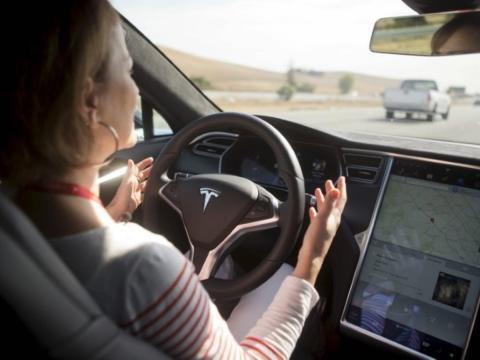 El diseñador de Hyundai dice que los humanos seguirán un tiempo tras el volante.