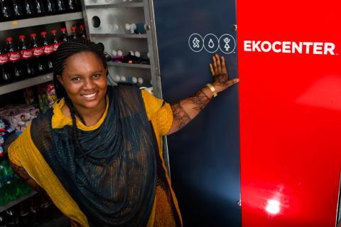 Asha Rashid detrás del mostrador del Ekocenter que opera en Tundwi Songani (Tanzania), en una imagen de archivo.