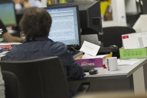 Un empleado frente al ordenador