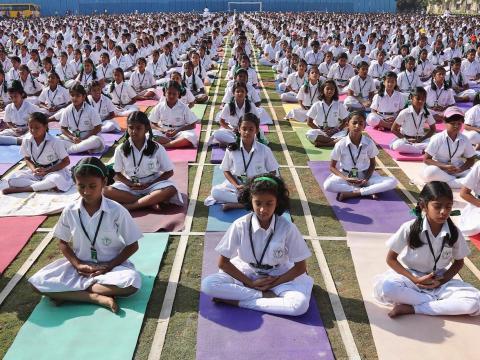 Estudiantes practicando yoga en la Escuela Pública de Delhi en Hyderabad, India, en 2014.