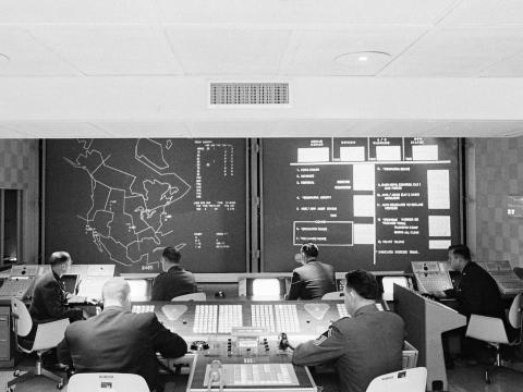 Un general estadounidense y un oficial del ejército del aire canadiense trabajan para controlar la defensa aérea de norteamérica, el 26 de enero de 1966.