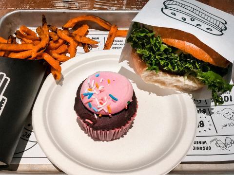 Un menú compuesto por una hamburguesa clásica, un cupcake y batatas fritas cuesta unos 20 euros.