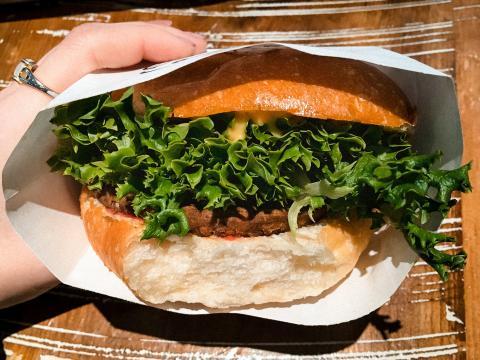 La hamburguesa vegetariana estaba hecha de tempeh, lentajas, chía y nueces.