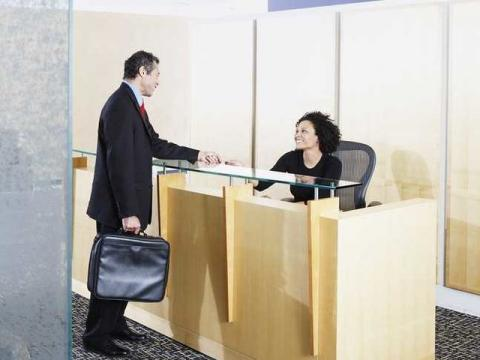 Hombre hablando con recepcionista