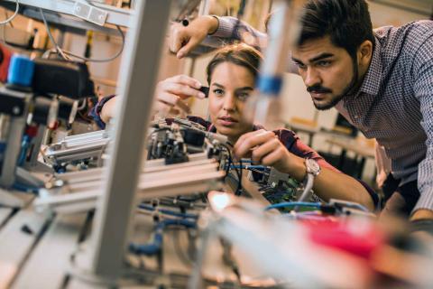 Jóvenes trabajando en un nuevo invento