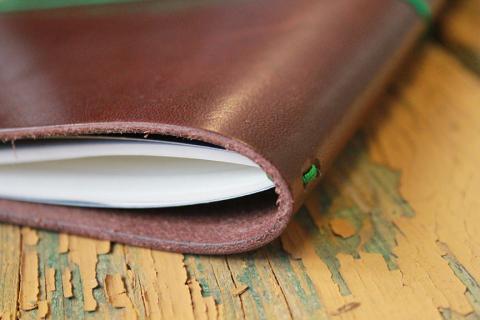 Land Of Paper pone a disposición de los nostálgicos por lo analógicouna serie decuadernos de notas, agendas, calendarios y planificadores fabricados al detalle y de manera artesanal.