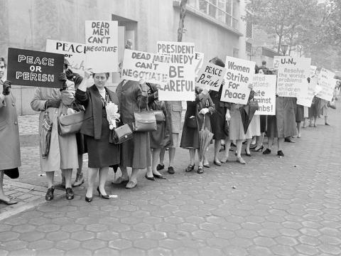 Manifestantes representantes de la organización 'Las mujeres protestan por la paz', a las afueras de las Naciones Unidas en Nueva York, el 23 de octubre de 1962.