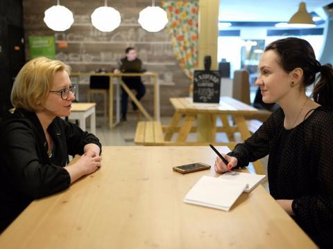 Mujeres hablando en oficina