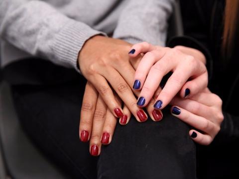 Mujeres con las uñas pintadas