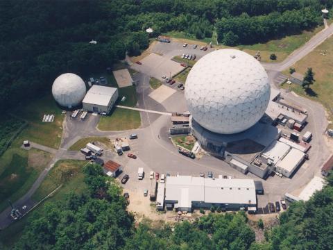 Los radares Haystack y HAX ubicados en Tyngsboro (Massachusetts) recogen 600 horas de datos de desechos orbitales al año y son una de las fuentes principales de la NASA.