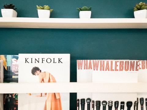 By Chloe cuenta con revistas para que los clientes las hojeen.