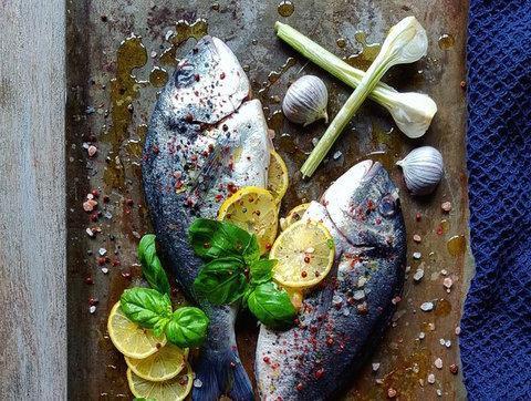 Un plato de pescado