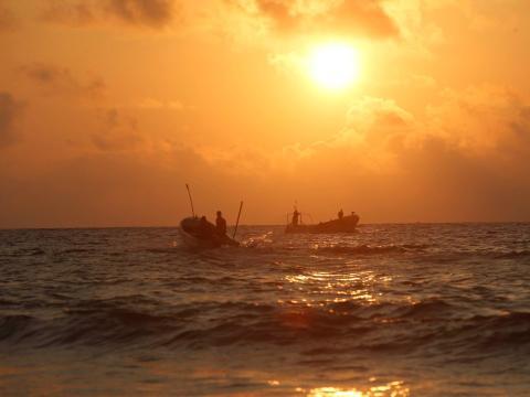 Pescadores somalíes navegan en la costa del Océano Índico en la playa de Liido, en Mogadiscio, Somalia.