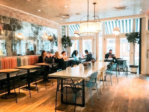 La cadena supone un avance en el negocio de la comida rápida, sirviendoproductos frescos y saludables en un ambiente limpio y luminoso.