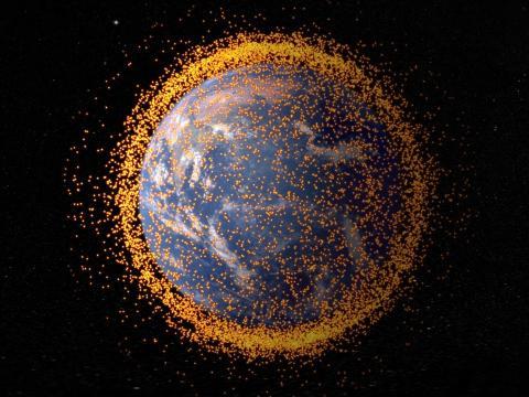 Ilustración de un campo de desechos orbitales, o chatarra espacial, que circula alrededor de la Tierra.