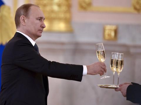 Putin coge una copa de champán