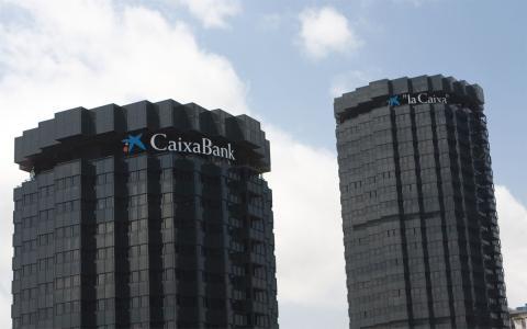 """Sede central con los logos de """"la Caixa"""" y CaixaBank"""