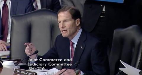 El senador Richard Blumenthal, uno de los legisladores que interroga a Zuckerbeg acerca de la privacidad en Facebook