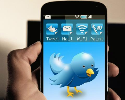 Un smartphone con el logo de Twitter