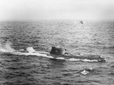 El submarino soviético B-59, en la superficie, con un helicóptero del ejército estadounidense volando por encima en el mar Caribe cerca de Cuba, el 29 de octubre de 1962.