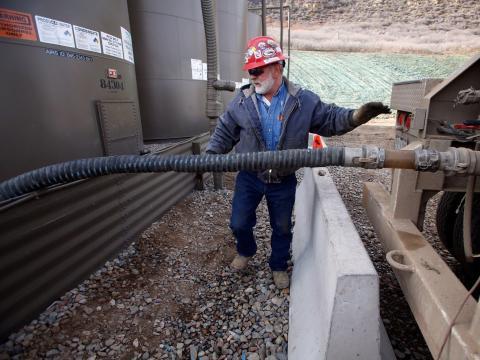 Un trabajador en una planta de fracking