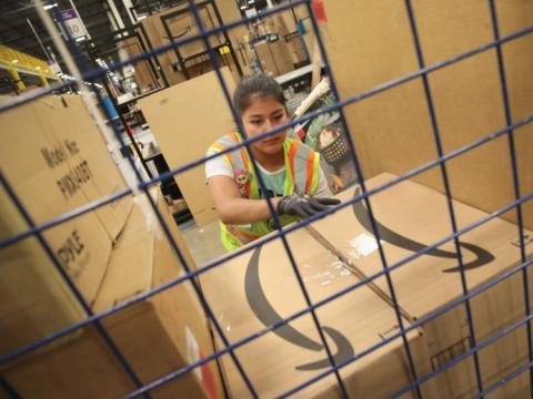 Una trabajadora de un almacén de Amazon