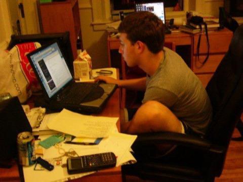 En 2003, Mark Zuckerberg, que por aquél entonces era un estudiante de segundo año en Harvard, creó un sitio web llamado Facemash.
