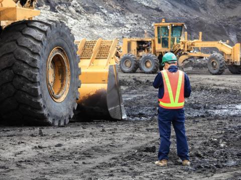 8. Los ingenieros mineros y geólogos llevan a cabo estudios bajo la superficie para identificar las características de los posibles sitios de desarrollo de  la minería.