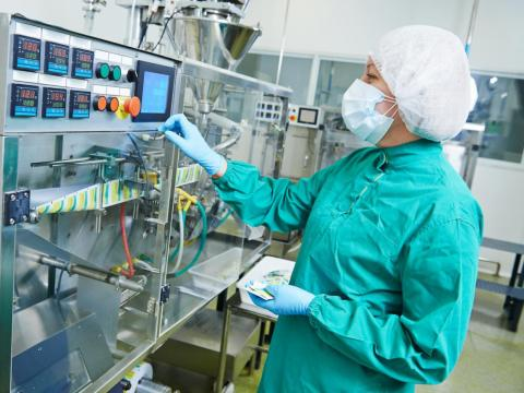 2. Los ingenieros químicos diseñan equipos para plantas químicas y diseñan procesos para la fabricación de productos químicos.