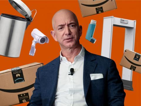 El CEO de Amazon, Jeff Bezos, entre algunos de los productos que se venden en la plataforma.