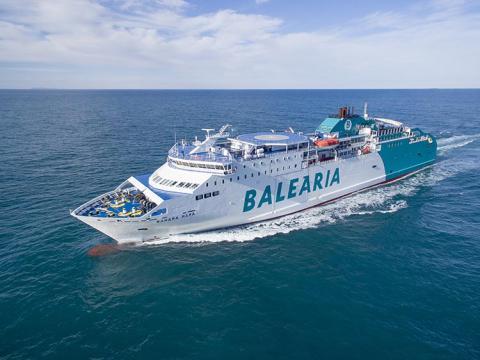 Un barco de Balearia