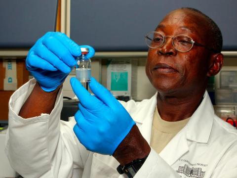 14. Los bioquímicos y biofísicos estudian la composición química o los principios físicos de las células y organismos vivos.
