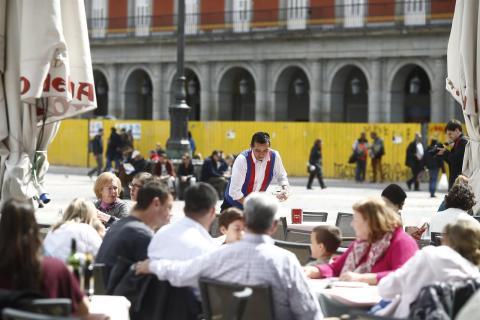 Un camarero en una terraza en la Plaza Mayor de Madrid.
